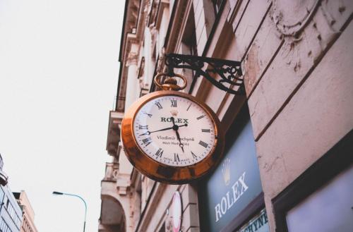 Devanture d'une boutique Rolex avec grosse horloge
