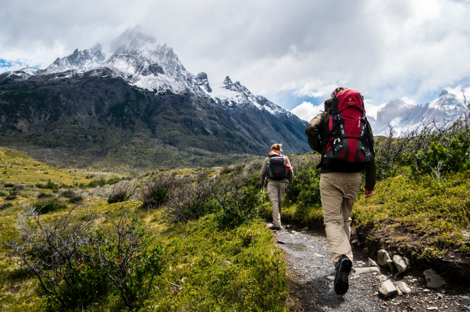 Deux randonneurs en trek à la montagne