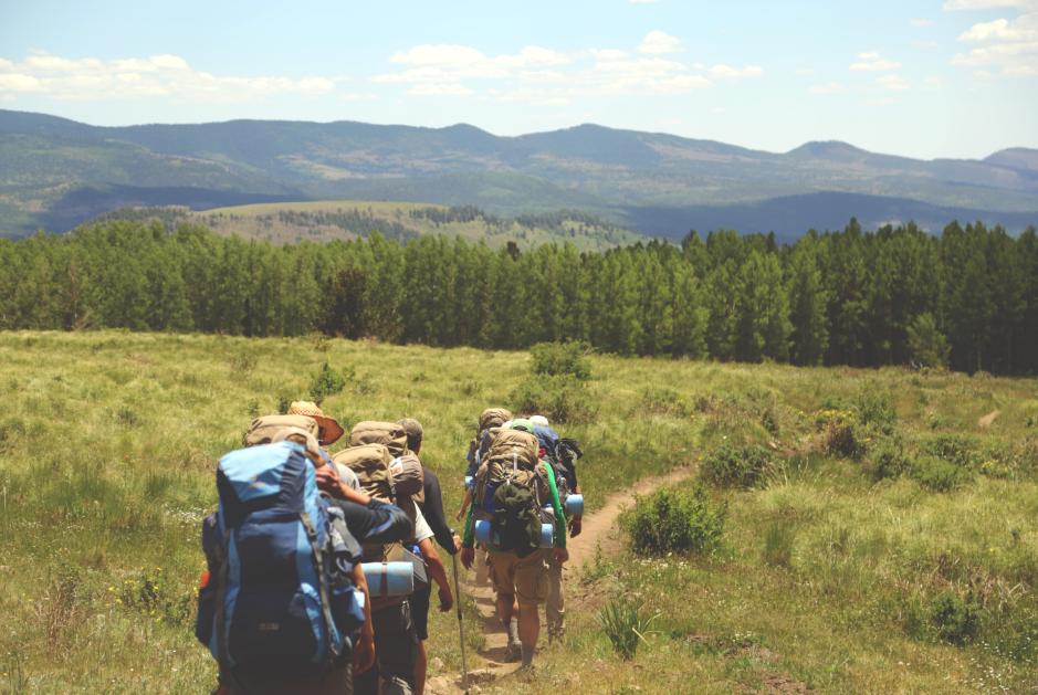 Groupe de randonneurs qui font un trek à la campagne