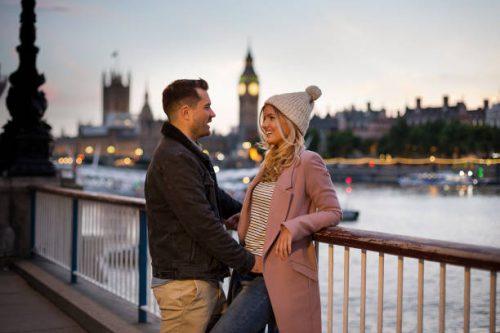 Un couple qui se regarde dans les rues de Londres avec Big Ben à l'arrière plan